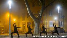 ***Bild des Tages mit Deutschlandbezug*** Vier Männer trainieren am 19.11.2014 auf dem Landwehrplatz in Saarbrücken (Saarland) im abendlichen Nebel Shaolin Kung Fu. Zweimal in der Woche treffen sich Interessierte auf dem Platz, um die fernöstliche Kampfkunst zu praktizieren. Foto: Oliver Dietze/dpa
