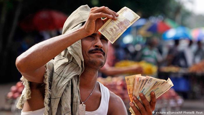 Straßenverkäufer mit Geldscheine (Foto:Biswaranjan Rout).