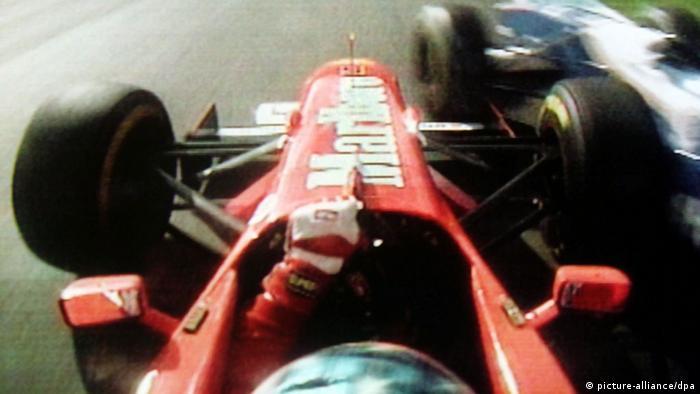 Imagem de vídeo gravado sobre a cabeça de Schumacher mostra o carro vermelho do alemão colidindo com outro veículo