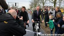 Minister Henk Kamp (right) opens SolaRoad on an ebike (November 2014); Copyright: Ruud Karstens/SolaRoad