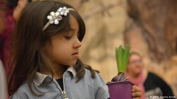 Cada pequeño recibió una flor que tendrá que cuidar y regar hasta que florezca. Las macetas les revelan el color que tendrá el jacinto una vez que termine de crecer.