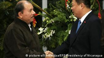 El presidente de Nicaragua, Daniel Ortega, con el empresario chino Wang Jing, de HKND.