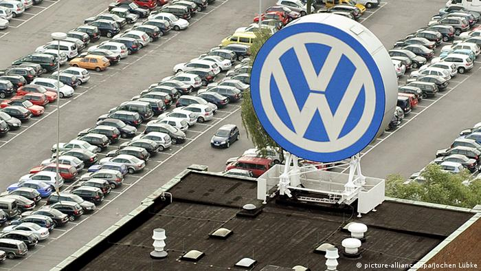 VW cars and logo (picture-alliance/dpa/Jochen Lübke)