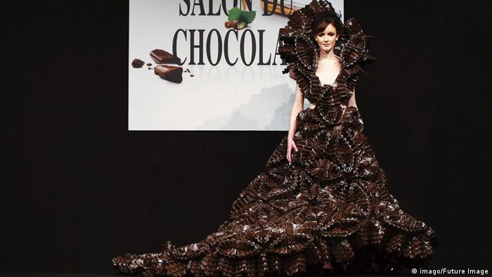 Ein Modell trägt ein Kleid aus Schokolade (Foto: imago/Future Image)