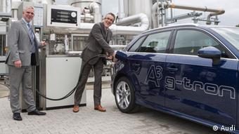 Верльте, 2013 год. Полученным путем электролиза метаном заправляют газовый автомобиль Audi