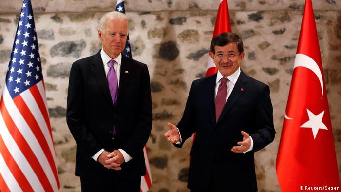 Джо Байден (ліворуч) і Ахмет Давутоглу у Стамбулі, 21 листопада