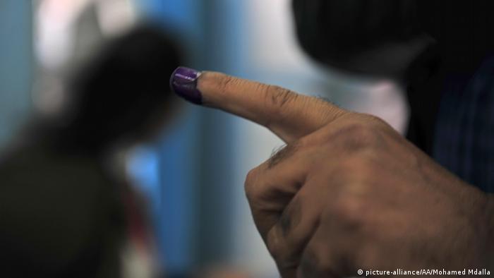 Symbolbild: in Tinte getauchter Finger in Tunesien (Foto: Anadolu Agency)