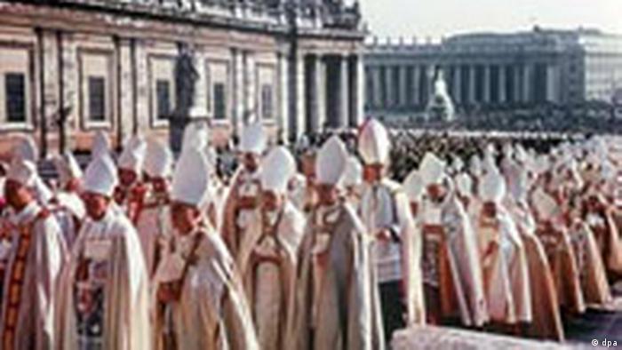 Einzug der Bischöfe zur Fortführung des von dem verstorbenen Papst Johannes XXIII. 1962 eröffneten II. Vatikanischen Konzil im Petersdom, das von dem neuen Papst Paul VI. fortgeführt wird (1963).