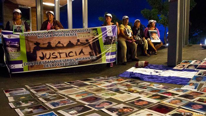En el centro de Villa Hermosa, Tabasco, las mujeres se manifestaron colocando las fotos de sus hijos en el suelo. Con ello pretenden denunciar la falta de apoyo de las autoridades mexicanas en la búsqueda de los desaparecidos. Hasta ahora sólo organizaciones como el Movimiento Migrante Mesoamericano han podido brindar informaciones relevantes.