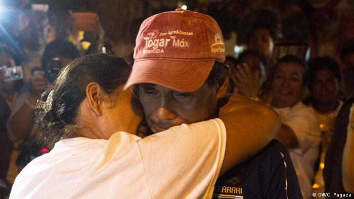 Al cuarto día de recorrido, Leonila Guerra, de Honduras, se reencontró con su hermano Oswaldo después de 17 años, en Coatzacoalcos, Veracruz. Con el apoyo de la población local, el Movimiento Migrante pudo seguirle la pista a Oswaldo, quien hoy trabaja como obrero en Veracruz. Por la falta de servicios de comunicación no había podido contactar a su familia en Honduras.