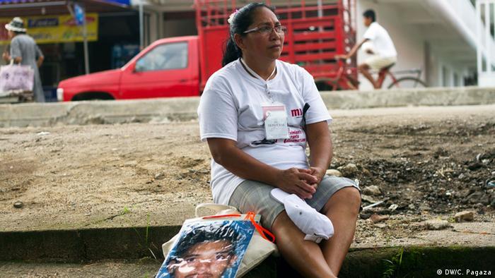Pero no todas las mujeres encontrarán a sus familiares perdidos. Según Fray Tomás González Castillo, el padre franciscano a cargo del albergue de migrantes La 72 en cada recorrido se encuentran alrededor de dos o tres personas. Esta, dice es una oportunidad única, para seguirles el rastro. Muchas mujeres esperan años para poder venir.
