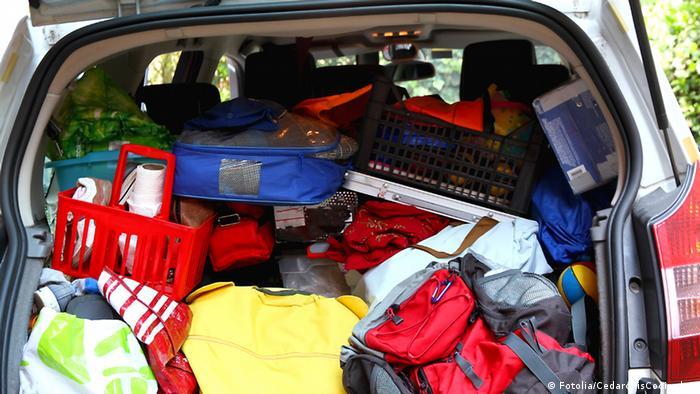 Набитый вещами багажник автомобиля