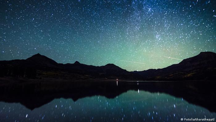Ein Sternenhimmel, der sich in einem See widerspegelt