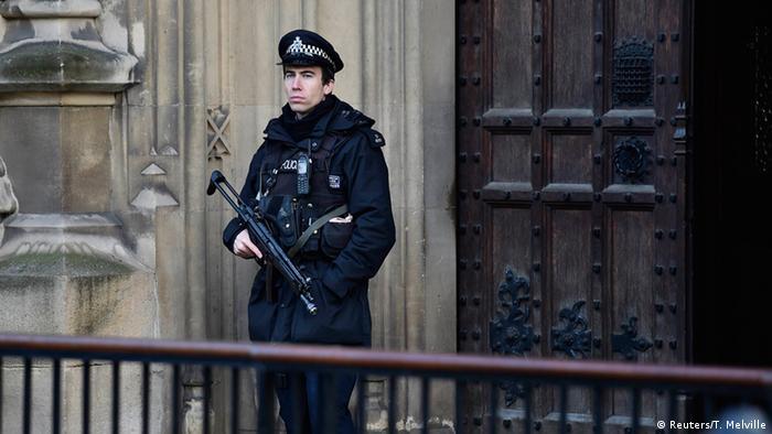Großbritannien erhöhte Terrorgefahr Polizist vor dem Parlament 24.11.2014
