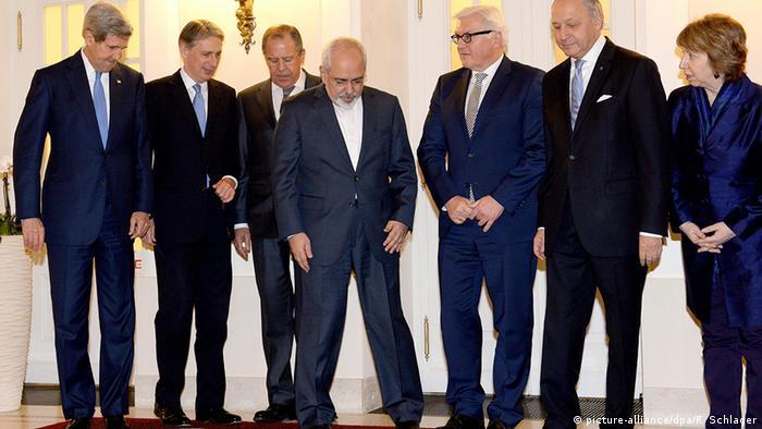 روزهای حساس توافق هستهای با ایران، ۲۴ نوامبر ۲۰۱۴، محمد جواد ظریف در کنار وزیران امور خارجه کشورهای آمریکا، فرانسه، روسیه، آلمان و فرانسه. کاترین اشتون، هماهنگ کننده سیاست خارجی اروپا نیز در تصویر دیده میشود. عکسی برای ثبت در تاریخ
