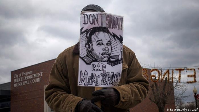 Ferguson Police Station Protest Gedenken Michael Brown