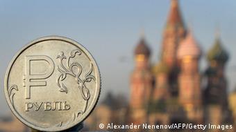 Рубль на фоне собора Василия Блаженного