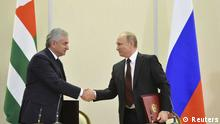 REFILE - CORRECTING TYPO Russian President Vladimir Putin (R) shakes hands with Abkhazia's President Raul Khadzhimba during a signing ceremony at the Bocharov Ruchei state residence in Sochi November 24, 2014. REUTERS/Alexei Druzhinin/RIA Novosti/Kremlin (RUSSIA - Tags: POLITICS) ATTENTION EDITORS - THIS IMAGE HAS BEEN SUPPLIED BY A THIRD PARTY. IT IS DISTRIBUTED, EXACTLY AS RECEIVED BY REUTERS, AS A SERVICE TO CLIENTS // eingestellt von se