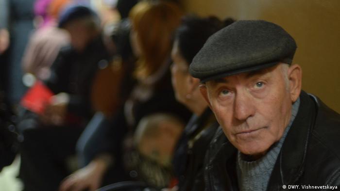 Пенсионер в очереди в отделение Пенсионного фонад в Симферополе - единственное на весь Крым
