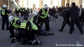 Police arrest Russian activists protesting the removal of the 'Bronze Soldier' on April 27, 2007