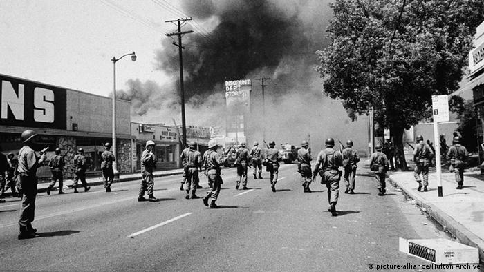 Vojnici i policajci na ulici iznad koje se diže gust dim