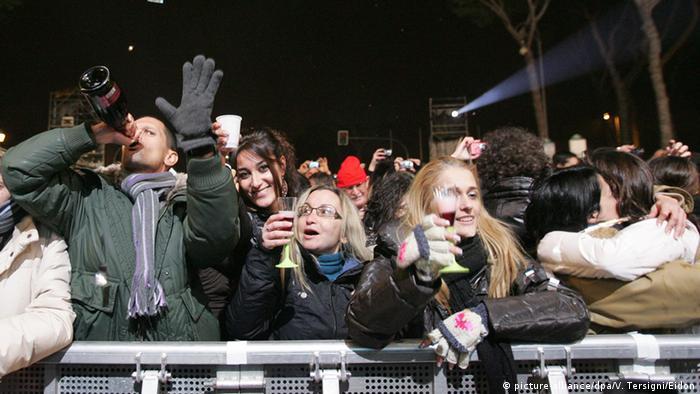 Italiener feiern bei einem Silvesterkonzert in Rom. Foto: dpa