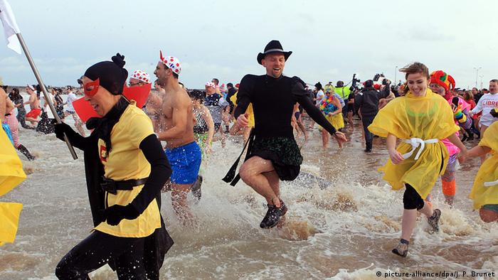 Viele Menschen haben Spaß beim Neujahrsbaden. Foto: dpa