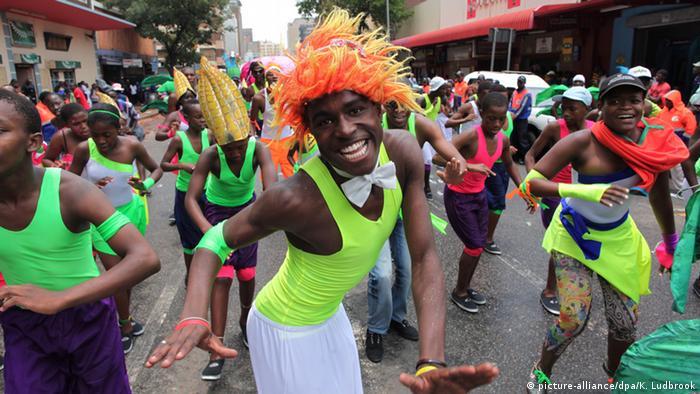 Menschen tanzen beim Straßenkarneval in Johannesburg. Foto: dpa