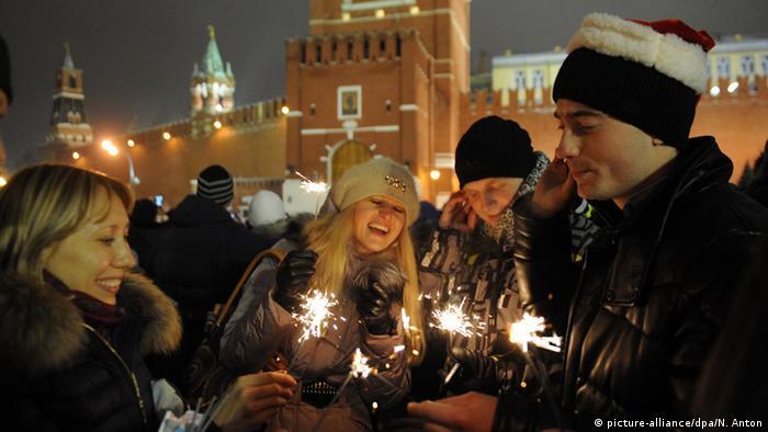 Menschen feiern das neue Jahr auf dem Roten Platz in Moskau. Foto: dpa