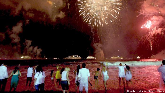 Silvesterfeier am Strand in Brasilien. Foto: dpa