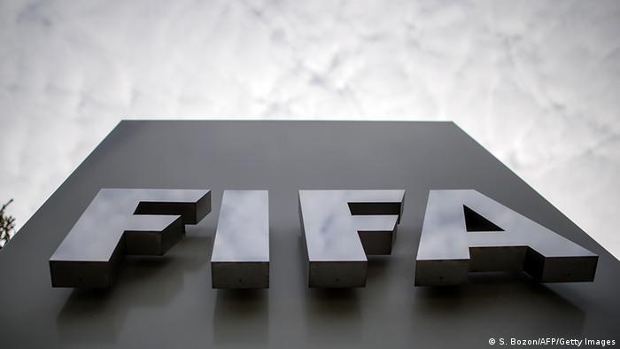 Логотип ФИФА на здании организации в Цюрихе