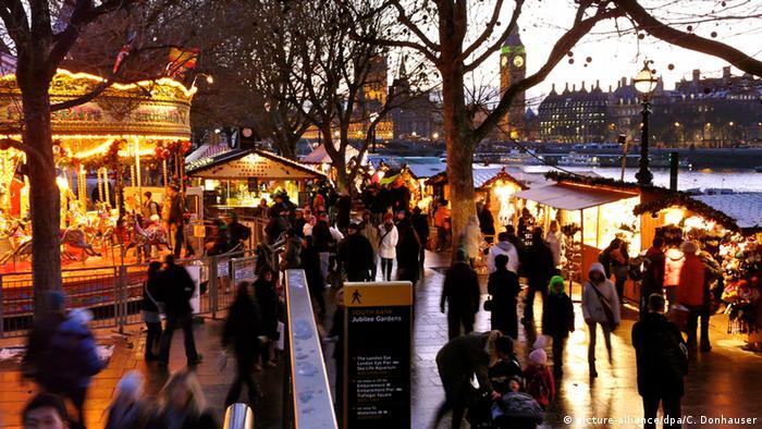 Mercado de Natal em Londres às margens do Rio Tâmisa.