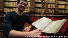 ©PHOTOPQR/VOIX DU NORD/Jean Pierre Brunet CALAIS LE 24 11 2014 - REMY CORDONNIER, RESPONSABLE DU FONDS PATRIMONIAL DE LA BIBLIOTHEQUE DE SAINT-OMER (PAS-DE-CALAIS), A DECOUVERT LE FIRST FOLLIOT DE SHAKESPEARE DATANT DE 1623.C'EST UNE COMPILATION DES OEUVRES DE SHAKESPAERE APRES SA MORT. PHOTO JEAN-PIERRE BRUNET - LA VOIX DU NORD An incredible discovery has been made to the agglomeration of Saint-Omer library in North of France on November 24, 2014. Breathtaking. Dating from 1623, it slept in the shelves of the remarkable heritage room of the library for 400 years without anyone knowing. Today, only 228 of the 1000 original copies are known throughout the world.