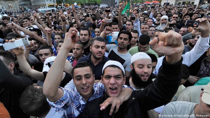 cheering masses of people Photo: Boris Roessler/dpa