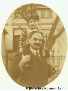 Fritz Wachsner trägt seine Tochter Charlotte auf den Schultern (Copyright: Jüdisches Museum Berlin)