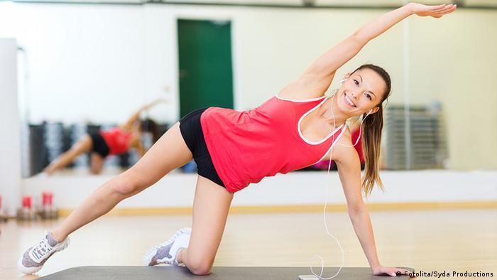Frau macht Gymnastik Übungen