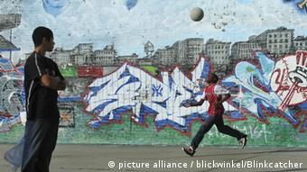 New York City Jungen spielen Basketball auf einem Spielplatz