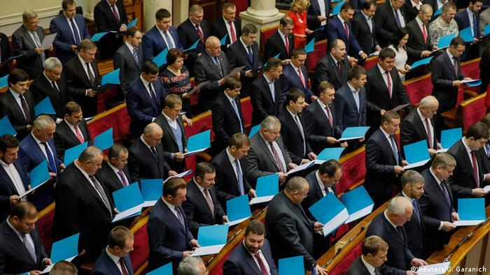 Депутаты, стоящие в зале Верховной рады