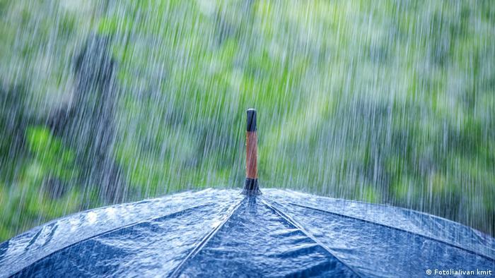 Guarda-chuva com chuva caindo