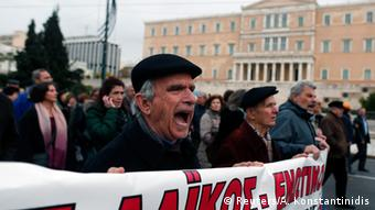 Aπό παλαιότερη διαδήλωση κατά των περικοπών στο Σύνταγμα