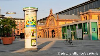 Ad column in front of the central train station in Erfurt, Copyright: picture-alliance/dpa/Gerig
