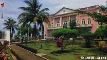São Tomé e Príncipe, Präsident, Palast, Palácio Presidencial. Palast des Präsidenten von São Tomé und Príncipe (Palácio do Povo - Volkspalast) in der Hauptstadt São Tomé. São Tomé ist die Hauptstadt des afrikanischen Inselstaates São Tomé und Príncipe und die Hauptstadt der Provinz São Tomé und des Distrikts Água Grande. Die Stadt ist nach dem heiligen Apostel Thomas benannt. Landessprache ist Portugiesisch.