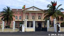 Präsidentenpalast São Tomé e Príncipe. Palast des Präsidenten von São Tomé und Príncipe (Palácio do Povo - Volkspalast) in der Hauptstadt São Tomé. São Tomé ist die Hauptstadt des afrikanischen Inselstaates São Tomé und Príncipe und die Hauptstadt der Provinz São Tomé und des Distrikts Água Grande. Die Stadt ist nach dem heiligen Apostel Thomas benannt. Landessprache ist Portugiesisch.