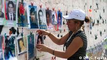 Die Frauen der Karawane zentralamerikanischer Mütter haben im Dorf Chontalpan, Tabasco (Mexiko) angehalten. Dies ist einer der gefährlichsten Orte, die Migranten aus Zentralamerika mit dem Güterzug überqueren müssen. Viele werden dort entführt oder getötet. Im Dorf gehen die Mütter von Haus zu Haus und zeigen den lokalen Bewohnern die Fotos ihrer verschwundenen Kinder. Auf dieser Art und Weise wurden in den letzten 10 Jahren, in denen die Karawane schon stattfindet, mehrere Menschen gefunden. *** Eine der Mütter hängt die Bilder der verschwundenen Jugendlichen auf.