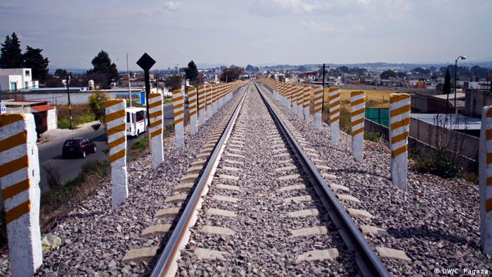 La compañía de ferrocarriles Ferrosur colocó postes en los costados de la via del tren a su paso por Tlaxcala, los cuales ponen en riesgo a las personas que quieran bajar y subir del tren.