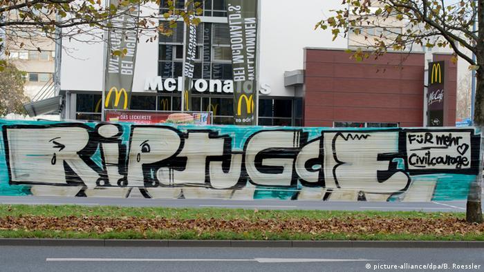 Banner vor einem Fast-Food-Restaurant (Foto: dpa)