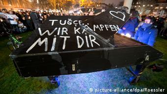 Während einer Mahnwache vor dem Krankenhaus in Offenbach versammeln sich hunderte Menschen. Ein Pianist spielt auf einem großen Konzertflügel. (Foto: picture-alliance/dpa/Roessler)
