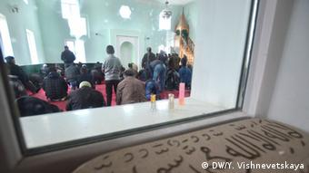 Crimean Tatars praying in a mosque. (Photo: DW/ Yulia Vishnevetskaya)