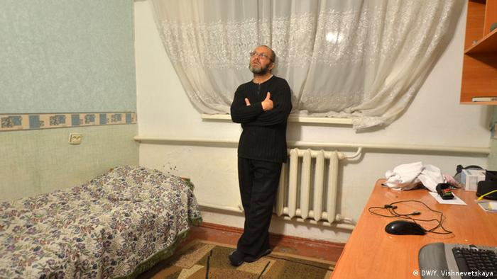 Abdurashid Jeparov in his son's room. (Photo: DW/ Yulia Vishnevetskaya)