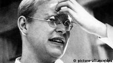 ARCHIV - Der NS-Widerstandskämpfer und Pazifist Dietrich Bonhoeffer (undatiertes Archivbild). dpa (nur s/w - zu dpa:«Parabel auf Bauernhof - Oper über Bonhoeffer bei Kirchentag» vom 17.02.2013) +++(c) dpa - Bildfunk+++